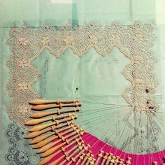 Cluny dentelle ... Encours encore en 2014 ... Et j'aime ça .!!! Cluny in process, a straight lace (continuous lace). Couture Embroidery, Lace Embroidery, Antique Lace, Vintage Lace, Hobbies And Crafts, Arts And Crafts, Romanian Lace, Bobbin Lacemaking, Types Of Lace