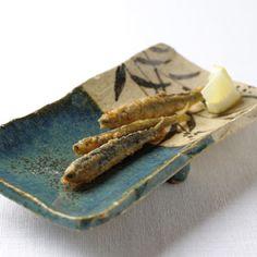 Rosanjin slab plate with food    http://www.kurodatoen.co.jp/current_exhibition/2011031115/