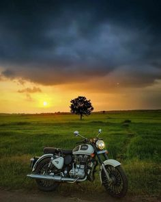 Royal Enfield Hd Wallpapers, Bullet Modified, Royal Enfield Classic 350cc, Wild Animal Wallpaper, Bullet Bike Royal Enfield, Royal Enfield India, Red Background Images, Royal Enfield Modified, Enfield Bike