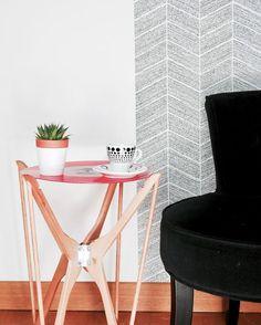 fabriquer une table basse à partir d'un ancien vinyle à faire soi même diy avec des cintres en bois idée déco do it yourself bricolage facile pour une table d'appoint originale et design #diy #doityoursel #hack #homesweethome #table #tablediy Diy Hacks, Cleaning Hacks, Table Diy, Blog Deco, Slow Living, Deco Design, Around The Corner, Wishbone Chair, Ikea Hack
