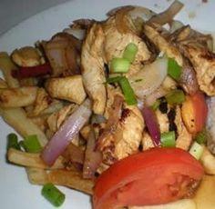 Ingredientes (seis porciones)  *Medio kilo de lomo (o filete de pollo con tiras cortas) *Dos cebollas grandes *Dos ajíes amarillos en tirita...