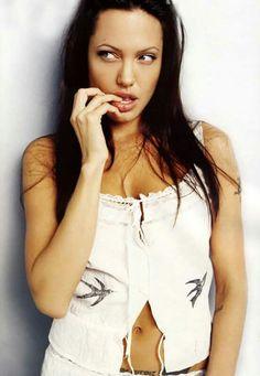 Agree, very Angelina jolie twi lek