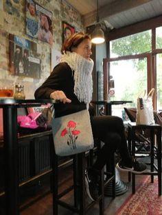 """Krásná elegantní kabelka do města na denní nošení. Kabelka má tři vnitřní kapsy a jednu z druhé strany kabelky na zip. Z vrchu je uzavíratelná též na zip. Kabelku navrhli český návrháři a designeři a je prodávaná pod názvem """"Dámská kabelka přes rameno Vlčí máky"""" od české značky MarkModern Design"""