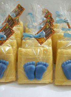 Toalhinha de mãos, com dois mini sabonetes em formato de pezinhos. Toalhinha e sabonetinhos disponíveis em diversas cores e aromas. Toalhinha não acompanha bordado e mede 23 x 36 cm. Acompanha tag personalizado. Baby Shower Prizes, Baby Shower Favors, Baby Shower Gifts, Baby Shawer, Baby Kit, Ducky Baby Showers, Baby Boy Shower, Diy Bebe, Glycerin Soap