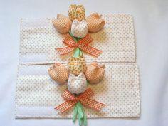 Lindos prendedores de cortina em tecido 100% algodão, decorados por um delicado buquê com 4 tulipas amarradinhas por um laço de fita. A faixa pode ser comprida para amarrar ou com acabamento em velcro. Pode ser confeccionado em outras cores e estampas. Produzimos também outras peças com o mesm...