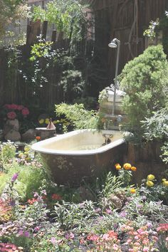 Outdoor shower and tub Outdoor Bathtub, Outdoor Bathrooms, Outdoor Showers, Garden Bathtub, Garden Shower, Clawfoot Bathtub, Antique Bathtub, Garden Bathroom, Garden Pond
