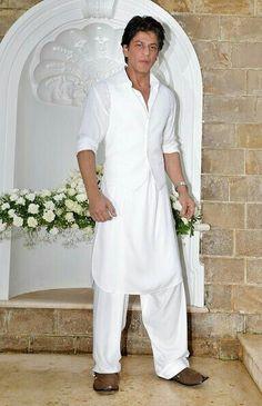 Shahrukh Khan Pictures and Photos Mens Indian Wear, Mens Ethnic Wear, Indian Men Fashion, Mens Fashion Wear, Gents Kurta Design, Boys Kurta Design, Kurta Pajama Men, Kurta Men, Mens Dress Outfits