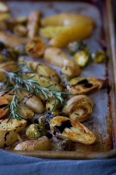 Balsamic Roasted Fingerling Potatoes & Brussels Sprouts Light Recipes, Side Dish Recipes, Side Dishes, Roasted Fingerling Potatoes, Vegetarian Recipes, Healthy Recipes, Vegetable Sides, Veggie Dishes, Weight Watchers Meals