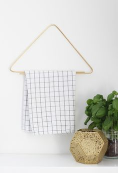 DIY for a simplistic modern towel rack.. super easy. site is in finnish, use google translate, but you basically just bend a brass rod at 90 degrees. :)