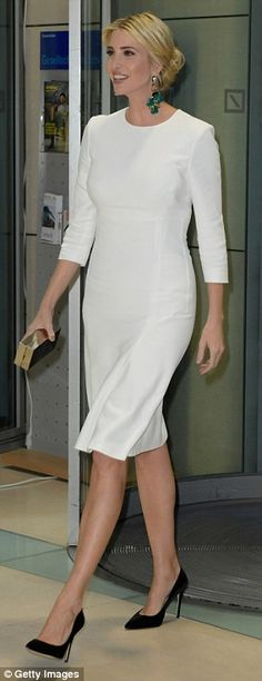 The 35-year-old paired her long sleeve dress with classic black pumps and green statement earrings