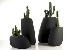 Jardiniere en forme de pierre noire vondom