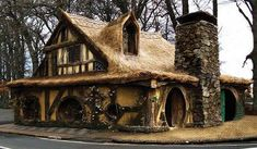 Hobbit House, Matamata, New Zealand A real Hobbit hole! Fairytale Cottage, Storybook Cottage, Storybook Homes, Witch Cottage, Unusual Buildings, Modern Buildings, Unusual Homes, Fairy Houses, Hobbit Houses