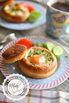 Egg recipe in hamburger bread Vegetarian Breakfast Recipes Easy, Egg Recipes, Cooking Recipes, Turkish Breakfast, Breakfast Items, Turkish Recipes, Healthy Eating Tips, Special Recipes, Mediterranean Recipes