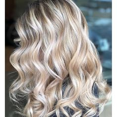 Iced Champagne Pop a bottle of this dreamy hue. We love a glass of champagne to celebrate a special occasion (or just weekend brunch), but the bubbly drink is now making its way into salons—in the form of a gorgeous new hair color. Apparently, hair colo Cream Blonde Hair, Blonde Hair Looks, Platinum Blonde Hair, Brunette Hair, Champagne Hair Color, Champagne Blonde, Champagne Pop, Hair Color Shades, New Hair Colors