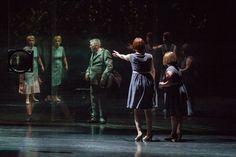Apesar de viverem numa casa de vidro, os personagens de Cinderela enxergam a realidade de modo embaçado (Foto: Mayra Azzi) A terceira edição da Mostra Internacional de Teatro de São Paulo (MITSP) r…