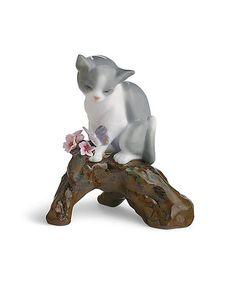 リヤドロの桜コレクションに新たな仲間が加わりました。うららかな陽を浴びて、桜のある風景の中で遊ぶ仔猫。とても愛らしい作品です。人生の美しい瞬間や躍動感あふれる生命の姿、ポーセリンアートの秘めた無限の造形美の可能性を追求した作品の数々は、世界中の多くの人々の共感を得るとともに、広く芸術的価値を認められ、ロシアのエルミタージュ美術館など、世界に名だたる美術館に展示・所蔵されています。