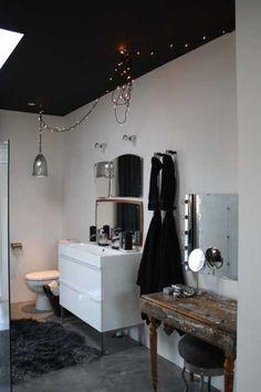 eclectic bathroom: black ceiling, modern washstand, vintage vanity, fairy lights and vintage mirrors Dark Ceiling, Colored Ceiling, Ceiling Color, Ceiling Lights, Home Design, Modern Interior Design, Interior Paint, Bad Inspiration, Bathroom Inspiration
