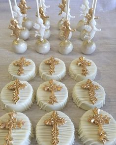 Oreos and cake pops Baptism Party Decorations, First Communion Decorations, Baptism Centerpieces, Baptism Cake Pops, Baptism Cookies, Baptism Desserts, First Holy Communion Cake, Religious Cakes, Confirmation Cakes