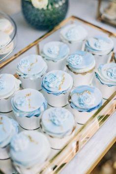 Casamento Azul: dicas e inspirações para usar essa cor no seu casamento!O que é Pinterest e muitas dicas de como usar para planejar e organizar seu casamentoUnha de noiva: tudo o que você precisa saber para arrasar com a unha de casamentoSave the Date: o que é e tudo o que você precisa saber para fazer o seu Blue Wedding Cupcakes, Themed Cupcakes, Wedding Candy Table, Wedding Desserts, Wedding Cakes, Destination Wedding Planner, Wedding Planners, Blue Desserts, Dusty Blue Weddings