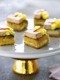 bereiden:Snijd dikke sneden (3 tot 4 cm) uit het brood en verwijder de korst. Bestrooi aan beide kanten rijkelijk met maanzaad. Plaats tussen bakpapier onder een zwaar gewicht met een vlakke onderkant en laat dit gedurende een nacht staan. Hak de helft van het chilipepertje fijn en vermeng met de boter. Snijd de mango in kleine blokjes. Snijd het geperste brood in vierkantjes (4x 4cm) en bak goudgeel in de chiliboter.Beleg de helft ervan met de mangoblokjes en de andere helft met een plakje…