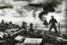 Troops at the battle of Khe Sanh, Vietnam, This was one of the longest, most violent battles of the war, lasting 77 days. Military Photos, Military History, Military Pins, Rare Historical Photos, Historical Fun, Vietnam War Photos, Us Marines, Alfred Hitchcock, Roosevelt