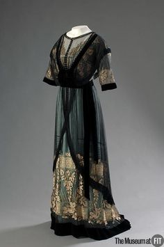 black, green and gold dress by Madame Percy, Via The Museum at FIT.Beautiful black, green and gold dress by Madame Percy, Via The Museum at FIT. Edwardian Clothing, Edwardian Dress, Antique Clothing, Edwardian Era, Historical Clothing, 1920 Clothing, 1900s Fashion, Edwardian Fashion, Vintage Fashion