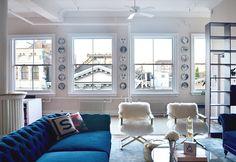 Сохо Нью-Йорк чердак Tamra Сэнфорд гостиная синий бархат диваны нечеткие стулья Fornasetti плиты