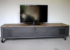 Cloakroom transformed into industrial TV stand, metal and wood with wheels . Locker Furniture, Metal Furniture, Industrial Furniture, Home Furniture, Furniture Design, Vintage Lockers, Metal Lockers, Ikea Lockers, Ikea Ps