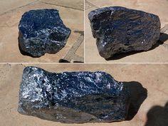 Pedras caíram na piscina de uma casa em Iguaba Grande (Foto: Marcelo)