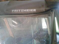 Verkaufe ein gut erhaltenes Fritzmeier Verdeck mit Klappscheibe.War an einem MAN 2K3 montiert, passt aber mit Sicherheit auch an andere Traktoren.Die Seitenteile sind noch völlig durchsichtig.Es sind auch die beiden vorderen Windabweiser dabei. (mit Einstieg vorne)