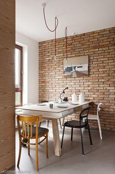<p>W mieszkaniu Zuzi i Krzysztofa ceg?a wyst?puje na ?cianie w jadalni, salonie, sypialni... W po??czeniu z dodatkami industrialnymi, betonem na pod?odze, przestrzeni? i stonowan? kolorystyk? tworz? w mieszkaniu klimat loftu.</p><p>�</p>