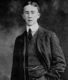 J.R.R. Tolkien en 1911 Tolkien qualifiait son amour des mots de « vice secret» le conduisant à créer des vocabulaires imaginaires, enrichis de notes étymologiques, d'alphabets dessinés et de grammaires fictives.