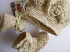Accesorios bebé, botas y gorro bebé beige con oro de Maravillosa Criatura por DaWanda.com