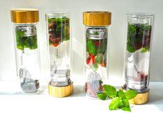 Der Vorteil von selbsthergestellten Getränken, liegt auf der Hand: Zutaten und vor allem der Zuckergehalt der Getränke können selbst bestimmt und variiert werden. Das Besondere an Infused Water ist, dass es keine Grenzen gibt. Von Gurke über Erdbeere bis hin zum Ingwer, kombiniert oder einzeln, zitronensauer oder honigsüß, du entscheidest, du variierst.  Der Beitrag Infused Water – erfrischend fruchtiges und gesundes Wasser erschien zuerst auf Teeflaschen, Teekannen, Teeglas Teetassen mit… Voss Bottle, Water Bottle, Drinks, Food, Tea Cups, Sweet Desserts, Fresh Mint Tea, Healthy Water, Different Fruits