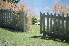 How to Fence a Yard on an Extreme Budget Fencing materials and the labor required to install them can drain a family's budget. You can cut costs by installing your own fence using recycled rather than factory-fresh materials. Pallet Fence, Diy Fence, Fence Gate, Fence Ideas, Diy Pallet, Garden Ideas, Patio Ideas, Fence Options, Pallet Planters