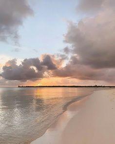 sunsets at the beach, beautiful sky. Nature Aesthetic, Beach Aesthetic, Summer Aesthetic, Travel Aesthetic, Aesthetic Backgrounds, Aesthetic Wallpapers, Pretty Sky, The Beach, Summer Beach