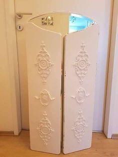 Spiegel mit Ornamenten verzieren. Shabby chic Spiegel. Shabby Chic Spiegel, Armoire, Furniture, Home Decor, Light Switches, Clothes Stand, Closet, Reach In Closet, Interior Design