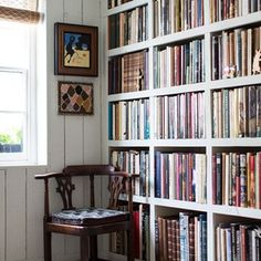If you have a blank wall what better way to give it life than sturdy built-in bookshelves. Note the way that the size of the shelves subtly increases, so that small light books snugly fill the top, while the largest, heaviest tomes have ample room at the bottom.