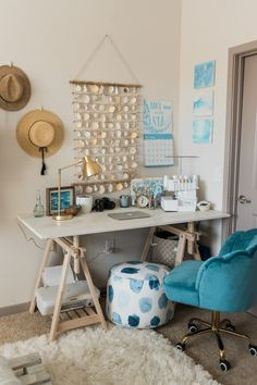 Beachy Boho Bedroom Office - Sweet Teal The cutest beachy boho bedroom and office combo. Get some tropical interior design inspo and some tips for making a small apartment seem larger than it is. Beach Room Decor, Beachy Room, Beach Theme Office, Surf Decor, Bedroom Decor Boho, Beach Apartment Decor, Teal Office, Cosy Bedroom, White Bedroom