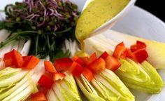 Hier finden Sie ein veganes Rezept für die Zubereitung von Ingwer-Koriander-Dressing an Chicorée Salat. Passt auch zu Romana, Rucola und Chinakohl.