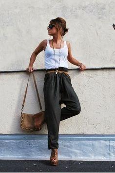 Tenue décontractée, top blanc, lunettes de soleil, pantalon fluide, Comfy look with brown accessories.