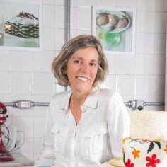 Meu nome é Thelma e esta é a Escola de Bolo. Uma maneira divertida, descontraída e moderna de aprender. Aqui você vai encontrar receitas, passo a passo, vídeos e dicas para criar bolos lindos e deliciosos.