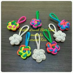Single strand star knot made by Everaert Kris MásPin by Chris Ratliff on ParacordLearn the art of Maedeup, traditional Korean knotting. Rope Crafts, Diy And Crafts, Crafts For Kids, Arts And Crafts, Paracord Keychain, Paracord Bracelets, Knot Bracelets, Survival Bracelets, Ideias Diy