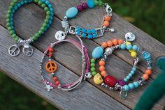Gekleurd howliet in vrolijke heldere kleuren gecombineerd met symbolen vormen samen een trendy en draagbaar sieraad.