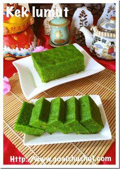 Sarawak Kek Lumut Or Green Moss Steamed Cake (砂朥越青苔蒸糕) Moss Cake, Coconut Jam, Cream Crackers, New Years Cookies, Resep Cake, Matcha Smoothie, Steamed Cake, Recipe Mix, Asian Desserts