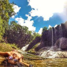 Trilheira @isabellarozendo no Parque das Cachoeiras, Bonito - MS.  Foto: @isabellarozendo Conheça: @destinobrazil  O Parque das Cachoeiras possui 17 km de trilha que passa por suas 7 belíssimas cachoeiras, com deliciosas piscinas naturais e pequenas cavernas. Para os mais aventureiros, o parque também tem tirolesa! Um ótimo lugar pra curtir com toda a família! Use: #trilheirasdobrasil