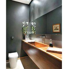 A combinação de materiais confere um visual sofisticado ao lavabo de 3 m² desta casa projetada pelo arquiteto carioca Erick Figueira de Mello
