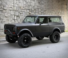 Remember the gorgeous International Harvester Scout II finished in matte white? Now Motorcar Studio is offering this awesome 1979 International Scout II finished in satin black with a contrasting matte black rallye stripe. International Pickup Truck, International Scout Ii, International Harvester Truck, Classic Chevy Trucks, Classic Cars, Scout For Sale, Scout Truck, Custom Pickup Trucks, Us Cars