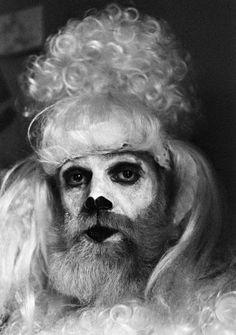 Kjartan Slettemark, Kunstneren som puddel, 1975. Foto: Brita Olsson.