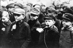 """""""Wir müssen mehr schlafen, denn dadurch sparen wir Kalorien"""": Das empfahl der Göttinger Universitätsprofessor Hermann Rein den Deutschen, um die Hungersnot im zweiten Kriegswinter zu überstehen. Das Foto zeigt Berliner Kinder, die im Februar 1947 ungeduldig auf die Schulspeisung warten. Berlin 1945, Der Reichstag, Total War, World War Two, Wwii, Winter, Germany, Military, History"""